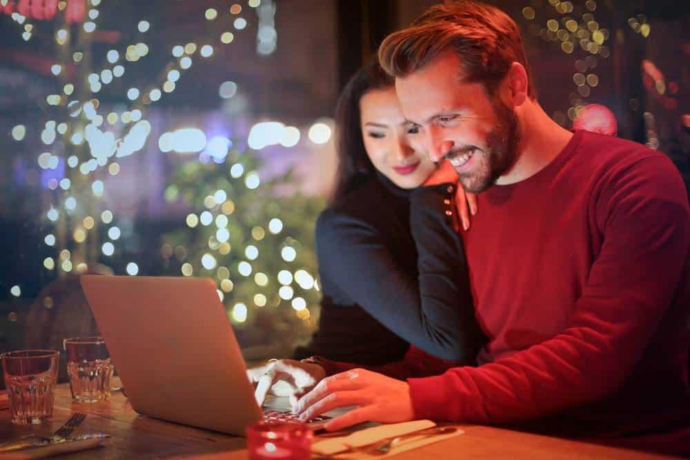 Nuori pari yhdistää lainat tietokoneella internetissä